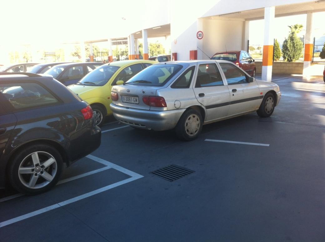 Vehículo incorrectamente estacionado en el aparcamiento de Mercadona