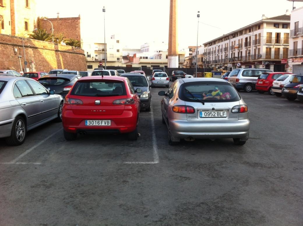 Vehículo estacionado fuera del espacio habilitado para ello en explanada con docenas de espacios de estacionamiento libres