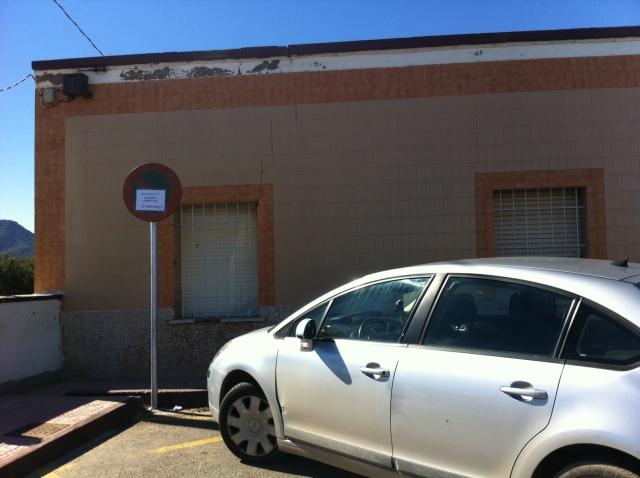 Vehículo estacionado en zona prohibida junto a un descampado donde se puede aparcar