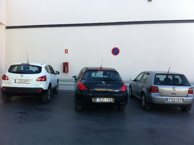 Vehículos indebidamente estacionados junto a la entrada de Mercadona