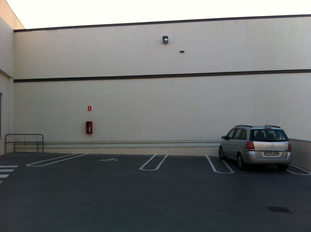 Vehículo incorrectamente estacionado en Mercadona