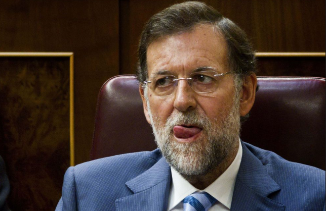 Rajoy a menudo se lia con la lengua... Pero siempre hay un funcionario dispuesto a colocársela_0